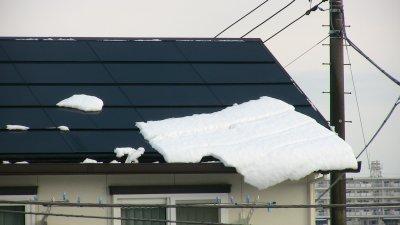 太陽電池パネルからズリ落ちそうな雪