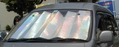 車のフロントガラスにサンシェード