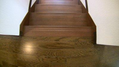 フローリングと階段の色