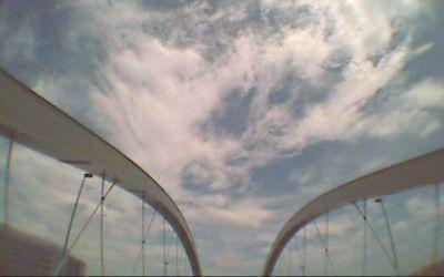 橋を渡る映像