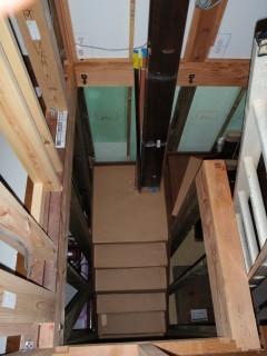 半分までできた階段