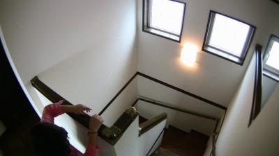 階段の窓と照明