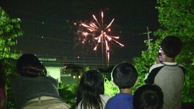 花火を観る子供たち