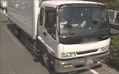 路駐して昼寝中のトラック運転
