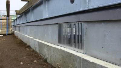 免震基礎と架台のブロックと換気口