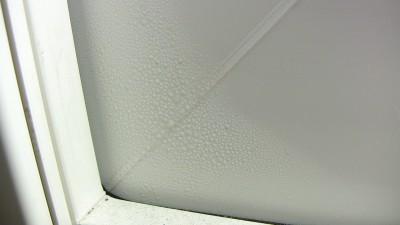 樹脂サッシの枠部分にも結露
