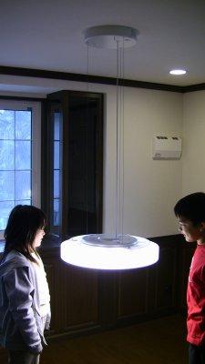 リモコンで昇降する照明