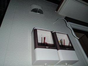 勝手口の照明と電力計
