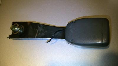 故障したシートベルトのバックル