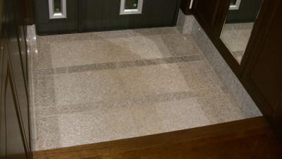 内玄関の床材は天然御影石