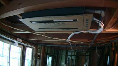リビング・ダイニングのエアコン(天井ビルトイン2方向タイプ)