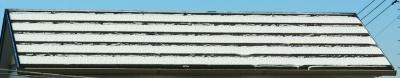 屋根の太陽光発電パネルに積もった雪