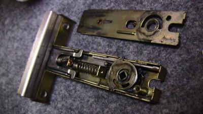 分解したドアロックの部品