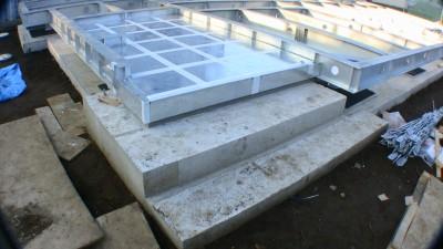 免震鉄骨架台上の玄関のタタキと階段