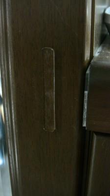 シューズボックスの扉に緩衝材を貼る
