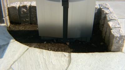 施工前の門柱根元