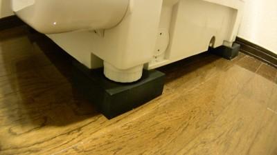 洗濯機の脚を防振ゴムに載せる