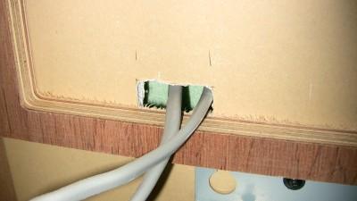 配線の穴から断熱材が見えている