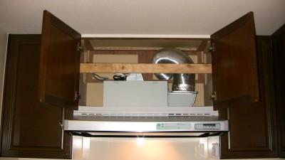 キッチン換気扇の上の扉を開ける