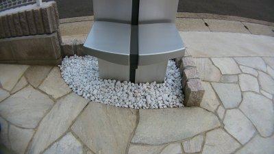 砂利を追加した機能門柱の根元