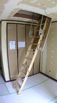 小屋裏物入の折りたたみ階段