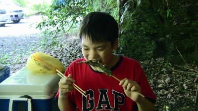 釣った魚を食べる