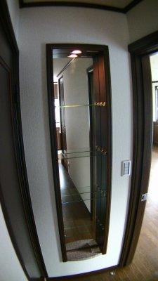 廊下の突き当たりに鏡付きのラックニッチ