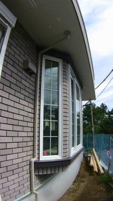 出窓脇にあるベランダからの雨樋