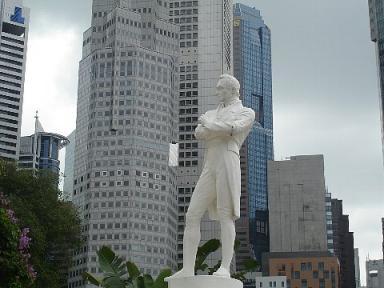 白いラッフルズ像2