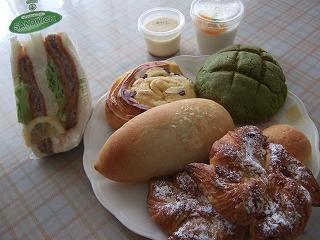 ニッシンベーカリーのパンとプリン