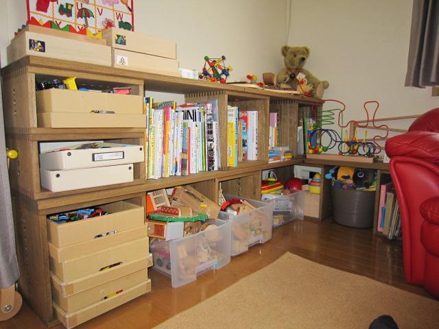 【子どものモノをお片づけ】 前回と同じカラーを買い足しました。どんどん増えるオモチャを片づけるのと(子どもの背に合わせられます)子どもが通う教室に持っていくものを置く棚も作ってみました。ボルトをわざと長いものにしてそこに上着もかけられます☆今回、裏板付が発売されましたのでさらに使い方が広がります。【子供部屋 無垢 木製 収納 ラック キューブ カラーボックス 本棚 絵本 おもちゃ 収納 図鑑 大型本】