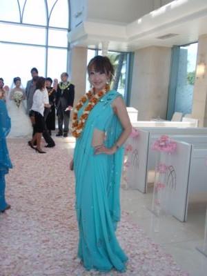 インドのサリーを着てウェディングパーティー参列