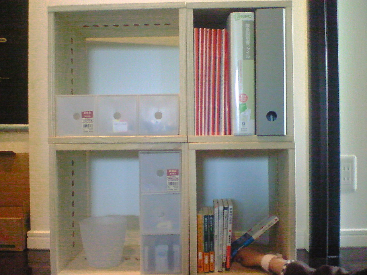 【整理整頓】 部屋の整理のため初めて購入。少しづつ増やしていきます。今後も長く販売してください。まだ、整理棚になりきっていませんが、無印のバインダーもきれいに入ります。【子供部屋 無垢 木製 収納 ラック キューブ カラーボックス 本棚 絵本 おもちゃ 収納 図鑑 大型本】