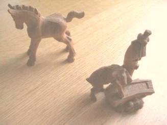 木彫りの馬と山羊
