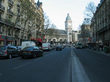 リヨン通りからリヨン駅を見る