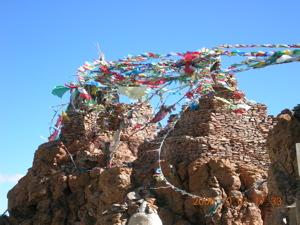 マナサロワール湖畔の山の上に建つ寺院