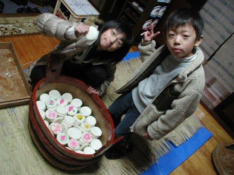 2010.1.9-15 餅撒き&大雪 001(餅詰め作業)