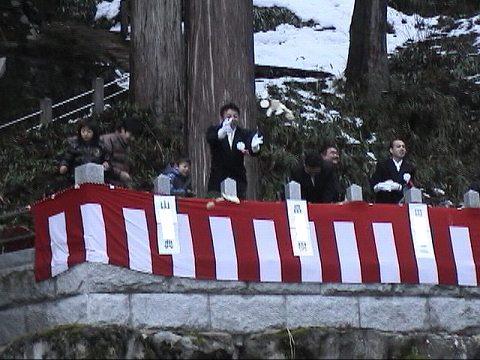 2010.1.9-15 餅撒き&大雪 013(餅撒き風景・小餅)