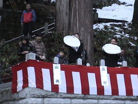 2010.1.9-15 餅撒き&大雪 009(餅撒き風景・大餅)