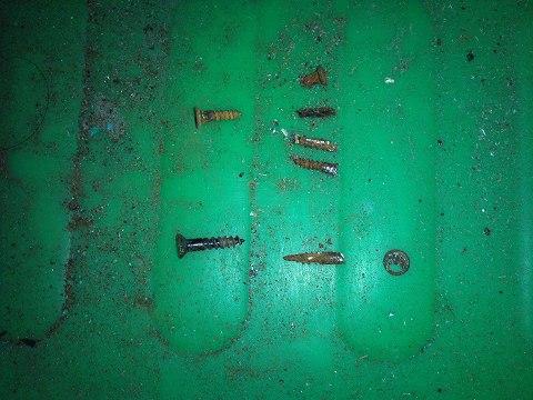 2012.01の画像01.12鏡台修理(取り外したネジ群)