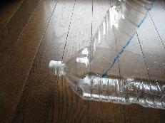 ペットボトルの上部を反対側に折る