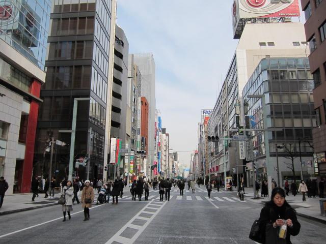 銀座中央通り よ~く見ると、ここの車道って、普通のアスファルトでないのですね。  歩...  見