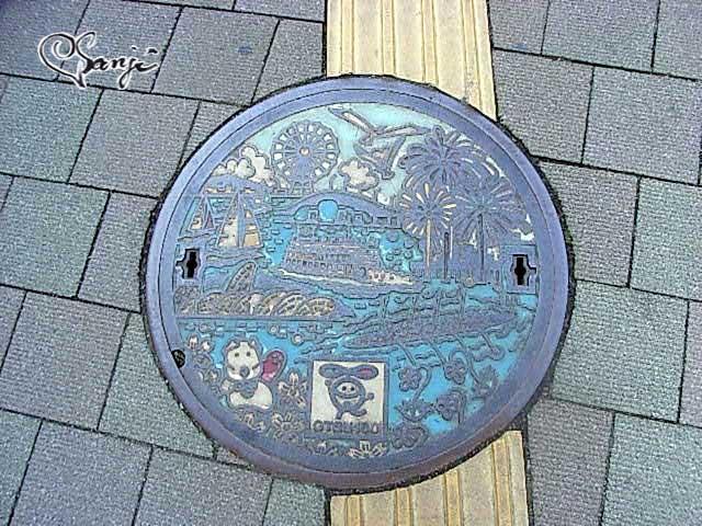 滋賀・大津市制100周年記念のワンハンドレッドマンホールの蓋