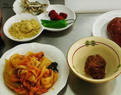 味噌煮込みキムチで包むトッカルビ