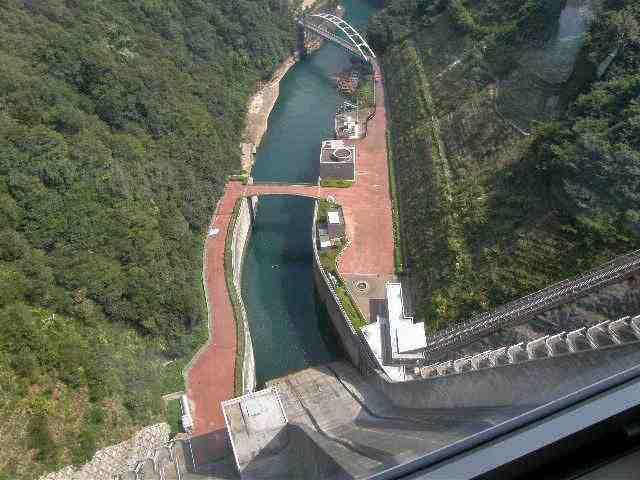 宮ケ瀬ダム天端部より下を望む