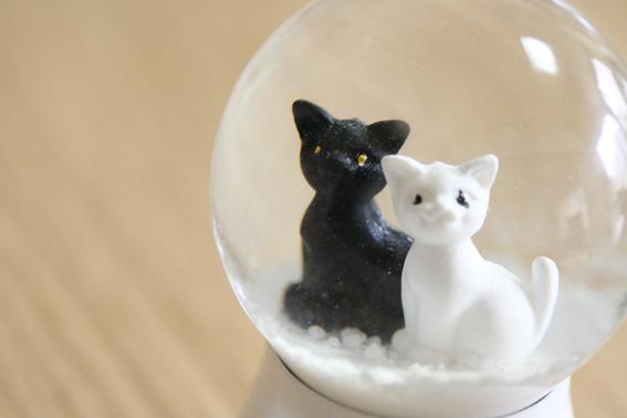 スノードーム2011黒猫 白猫.jpg