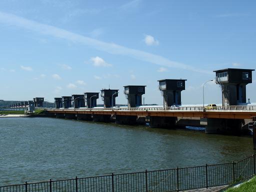 常陸川水門を下流から観る