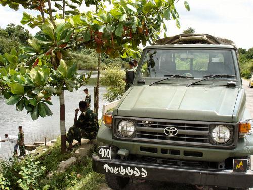 バングラ軍の車.jpg