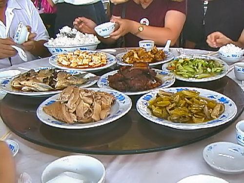 海南島で食事.jpg