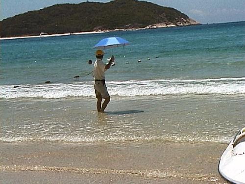 海で傘.jpg